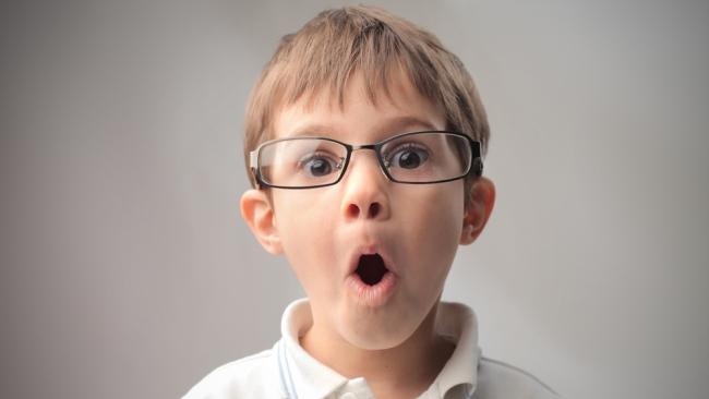 A qué edad pueden usar lentes de contacto los niñosoptica luis trombetta  jpg 650x366 Nino con 123b4d45b56b